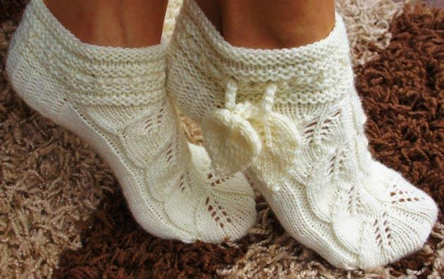 Вязание спицами. Ажурные носочки листочками. Описание